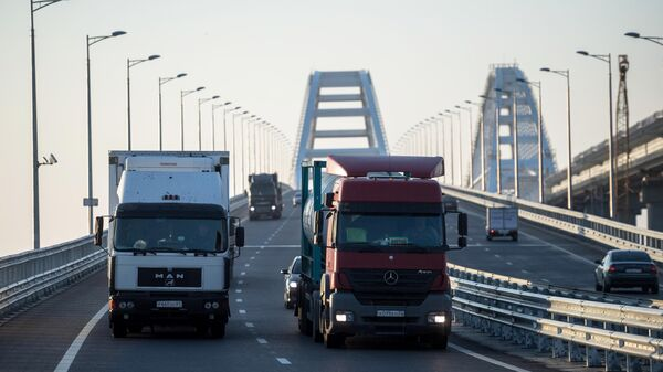 Грузовые машины на Крымском мосту
