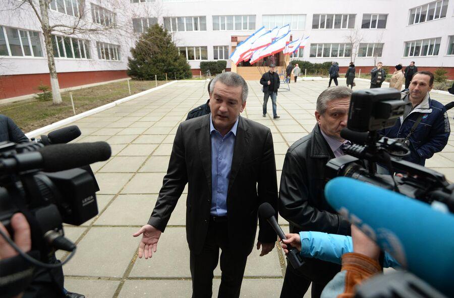 Премьер-министр Автономной Республики Крым Сергей Аксенов отвечает на вопросы журналистов на референдуме о статусе Крым