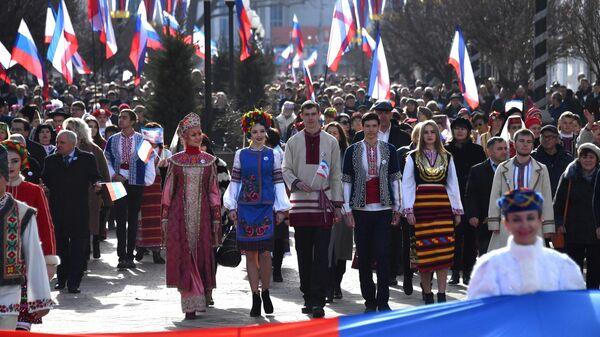 Праздничное шествие, посвященное годовщине Общекрымского референдума 2014 года и воссоединения Крыма с Россией, на одной из улиц в Симферополе