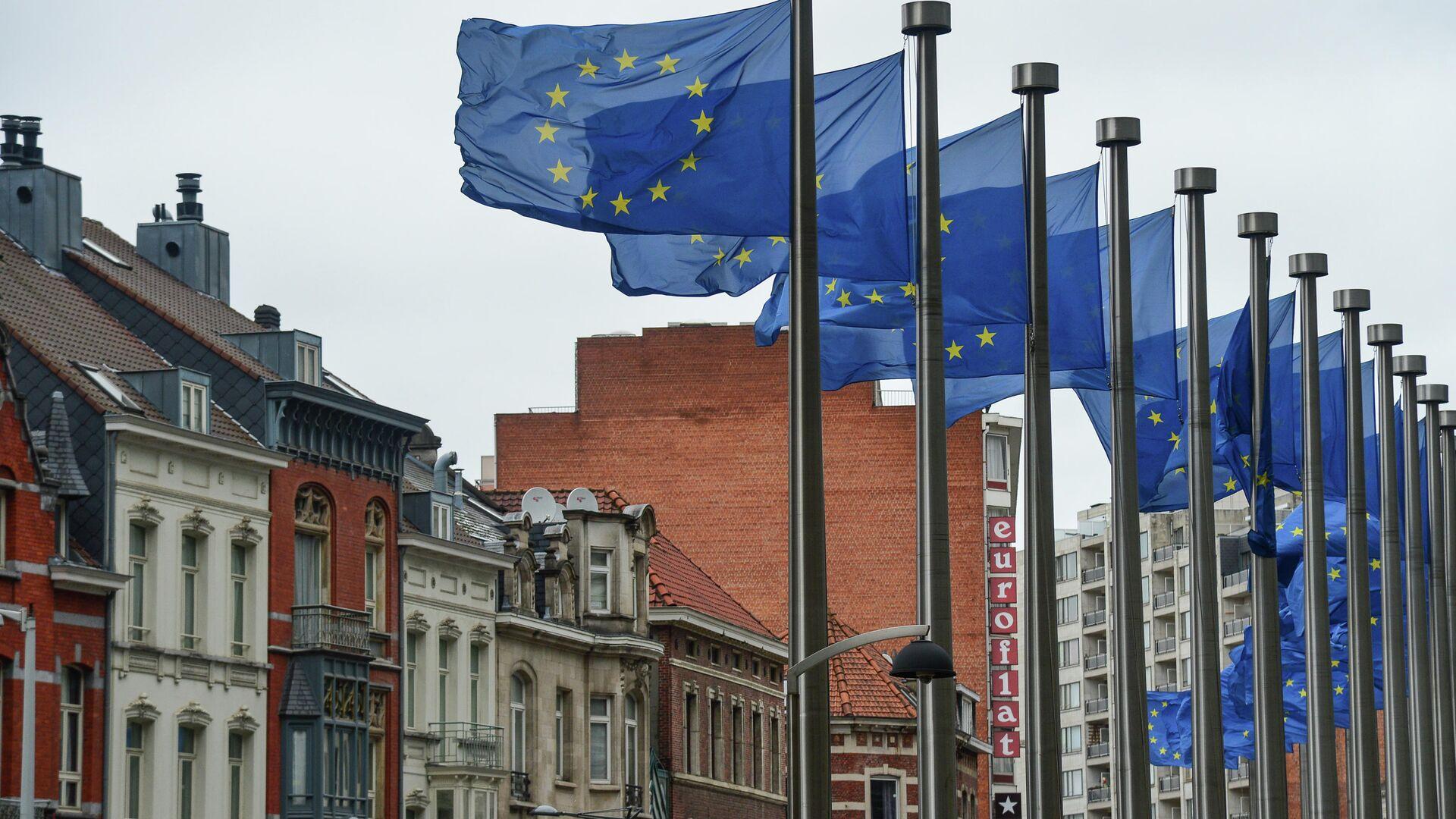 Флаги с символикой Евросоюза у здания Еврокомиссии в Брюсселе - РИА Новости, 1920, 09.08.2021