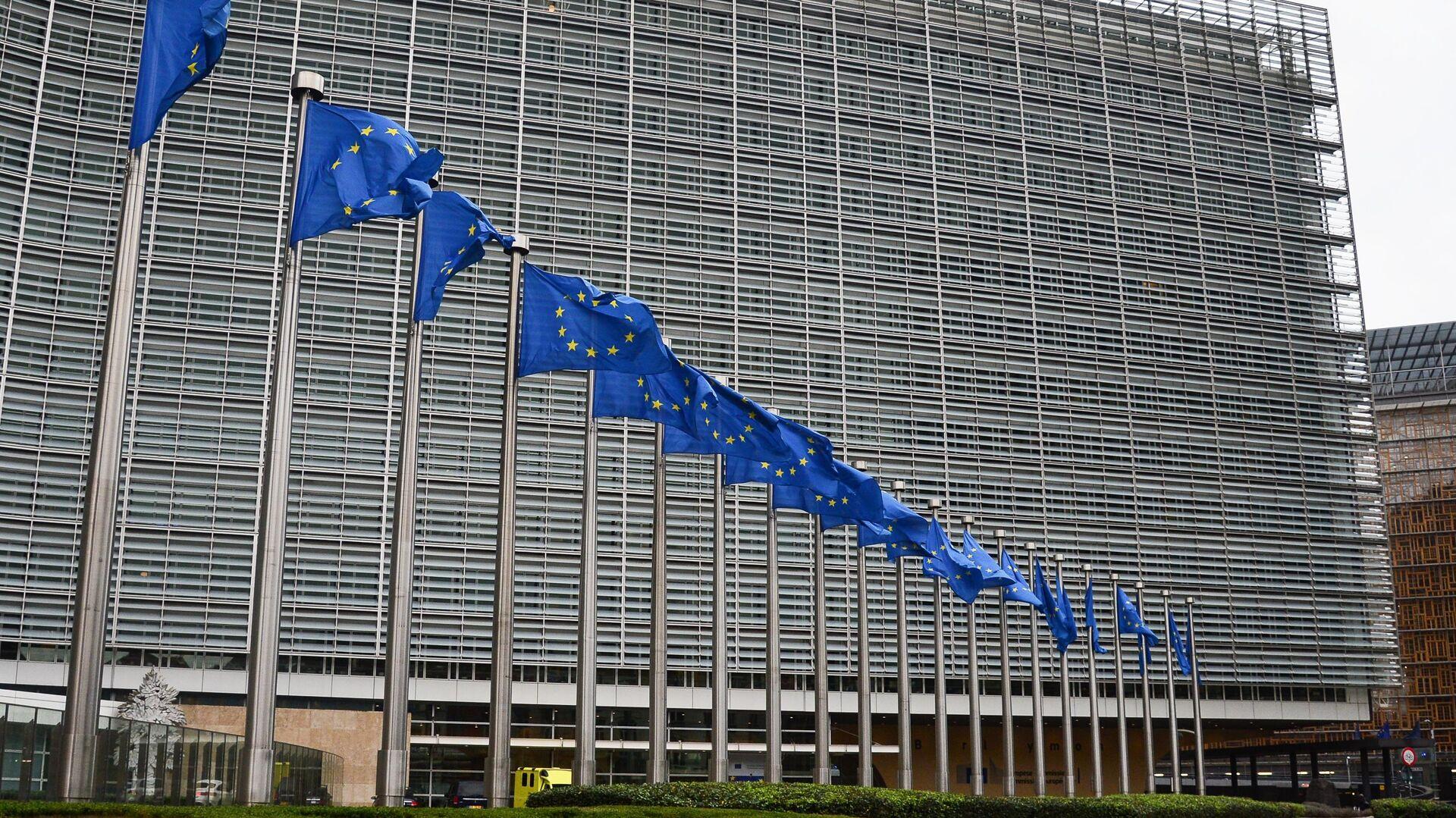 Флаги с символикой Евросоюза у здания Еврокомиссии в Брюсселе - РИА Новости, 1920, 05.02.2021