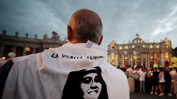 Мужчина в футболке с изображением пропавшей Эмануэлы Орланди на демонстрации, приуроченной к 30-летию со дня ее исчезновения, на площади Святого Петра в Ватикане