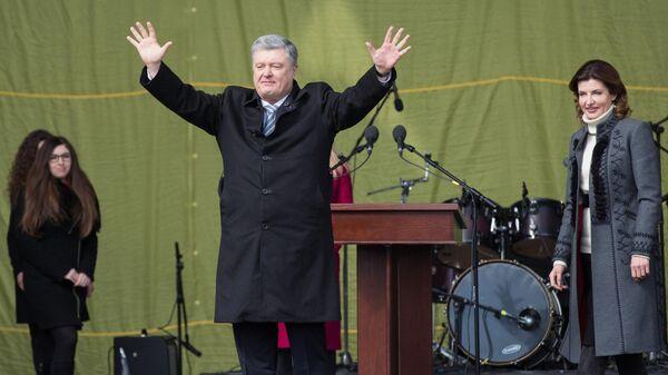 Президент Украины Петр Порошенко с супругой Мариной во время встречи с избирателями на Михайловской площади в Киеве