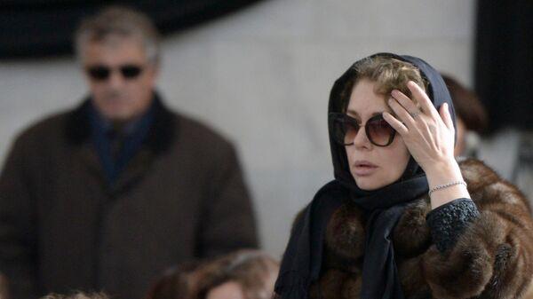 Вдова медиаменеджера Игоря Малашенко Божена Рынска на Троекуровском кладбище Москвы