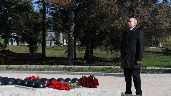 Президент РФ Владимир Путин во время осмотра мемориального комплекса Малахов курган в Севастополе. 18 марта 2019