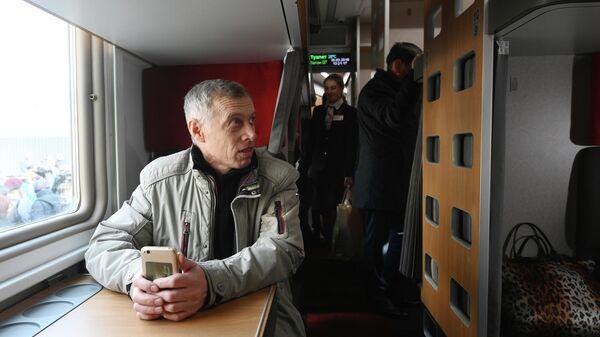 Пассажиры в модернизированном плацкартном вагоне