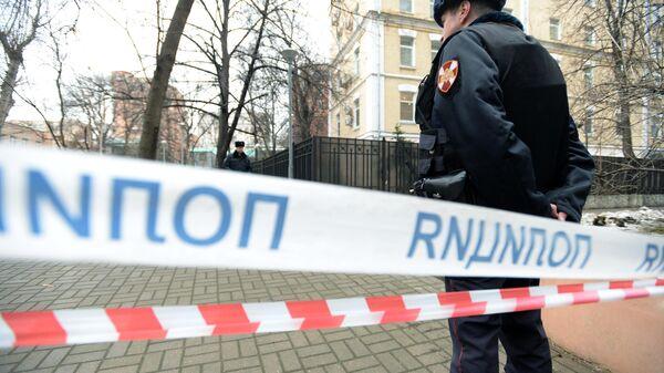 Сотрудники правоохранительных органов на месте обнаружения тела мужчины на улице Большая Полянка в Москве