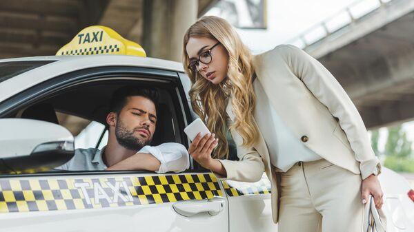 Девушка с водителем такси