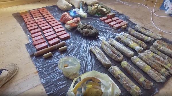 Обнаруженный тайник с оружием и взрывчатыми веществами в Московской области