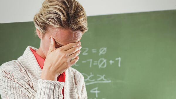 Расстроенный учитель в классе