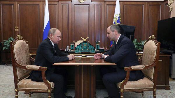 Владимир Путин во время рабочей встречи с Денисом Паслером.