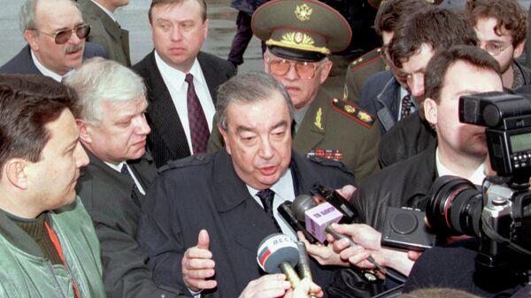 Евгений Примаков беседует с прессой в аэропорту Белграда. 30 марта 1999