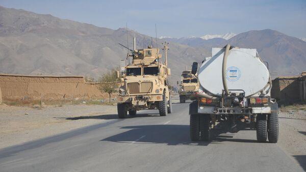 Бронетранспортер НАТО на трассе Кабул-Баграм, Афганистан. 4 октября 2011