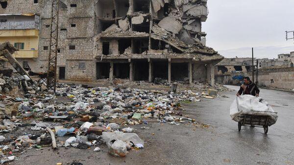 Мужчина на одной из улиц в Алеппо
