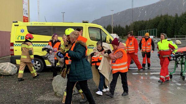 Пассажиры, спасенные с круизного судна Viking Sky после отказа двигателя, в Хустадвике, Норвегия. 23 марта 2019