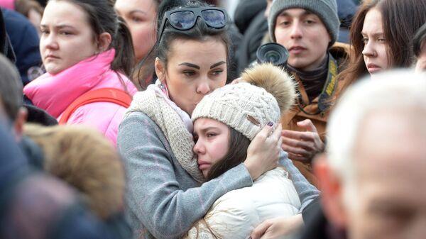 Горожане у мемориала на Манежной площади в Москве, организованного в память о погибших в ТЦ Зимняя вишня в Кемерово.