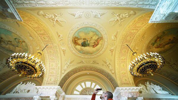 Посетитель фотографирует сводчатый потолок в зале бывшего Московского Английского клуба после реставрации