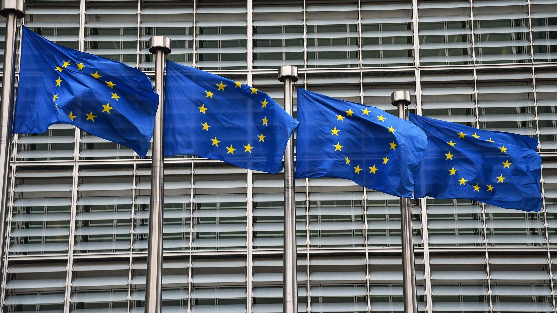 Флаги с символикой Евросоюза у здания Еврокомиссии в Брюсселе - РИА Новости, 1920, 12.07.2021