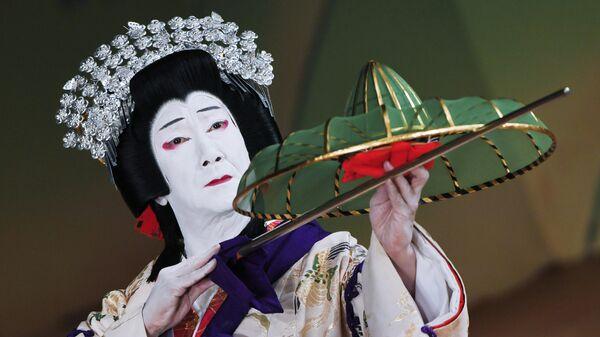 Артист японского театра кабуки в сцене пьесы Ёсияма