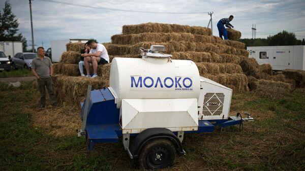 Цистерна для перевозки молока на территории сыроварни Русский пармезан в Московской области