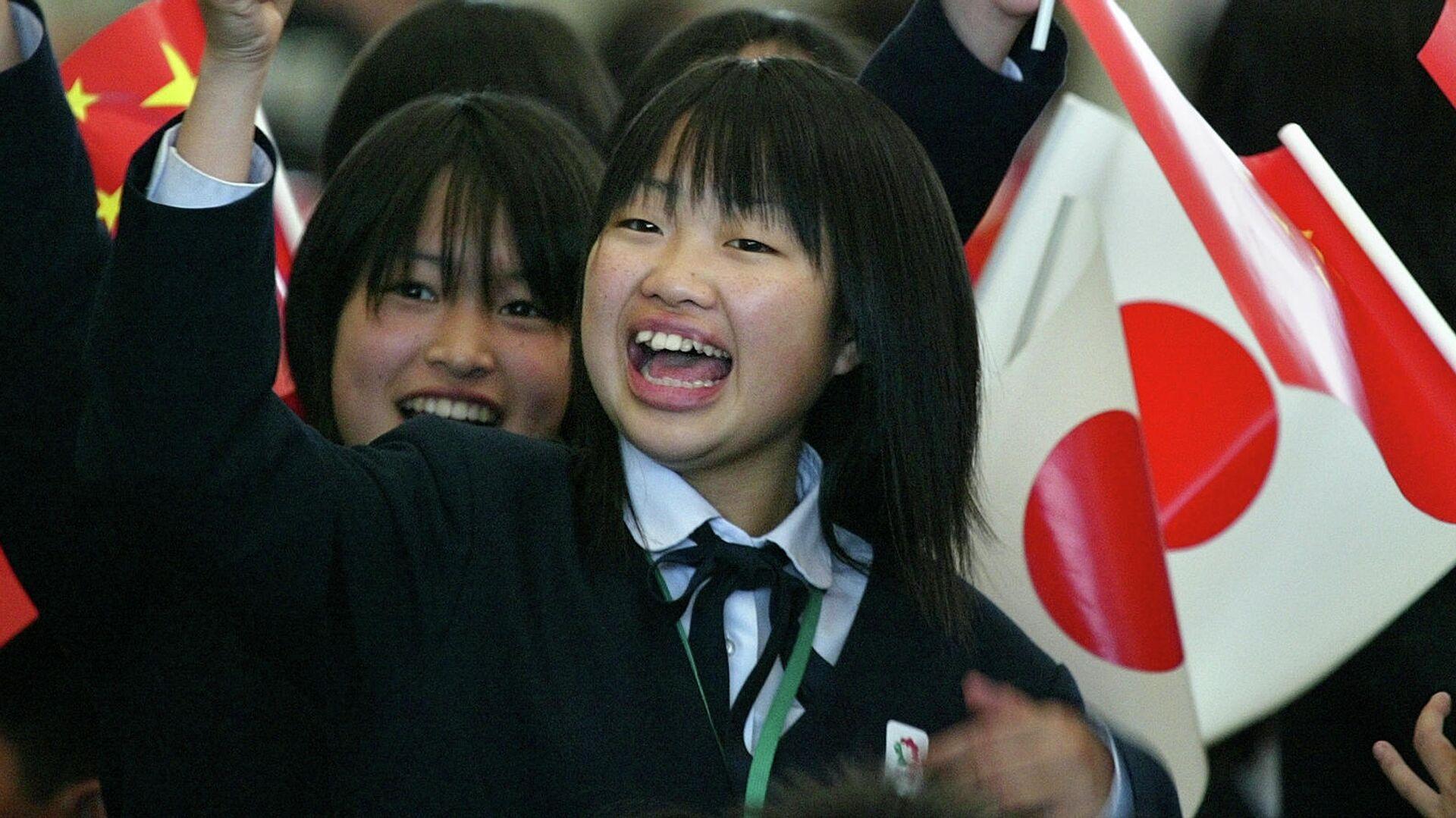 Японские школьники с флагами Японии и Китая. 2005 год  - РИА Новости, 1920, 28.03.2019