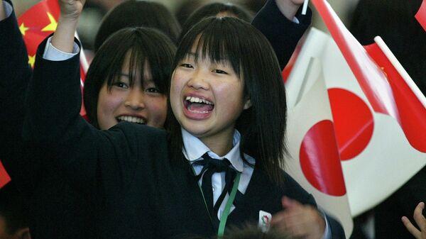 Японские школьники с флагами Японии и Китая. 2005 год