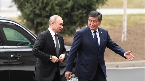 Владимир Путин и президент Киргизии Сооронбай Жээнбеков во время церемонии официальной встречи в Бишкеке. 28 марта 2019