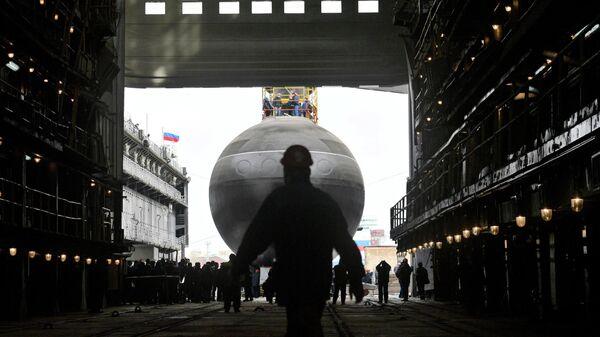 Торжественная церемония спуска на воду дизель-электрической подводной лодки проекта 636.3