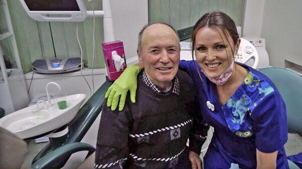Улыбнитесь! Стоматолог бесплатно лечит зубы пенсионерам