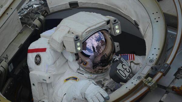 Выход в открытый космос астронавтов NASA Энн Макклейн и Ника Хейга. Архивное фото