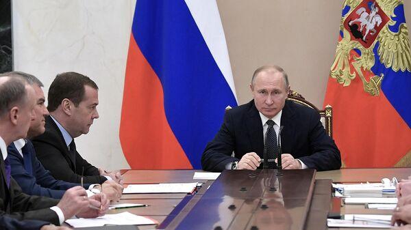 Владимир Путин и председатель правительства РФ Дмитрий Медведев на совещании с постоянными членами Совета безопасности РФ. 29 марта 2019