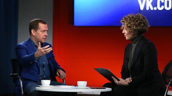 Председатель правительства РФ Дмитрий Медведев и телеведущая Яна Чурикова во время интервью в офисе компании Mail.ru Group в Москве. 29 марта 2019