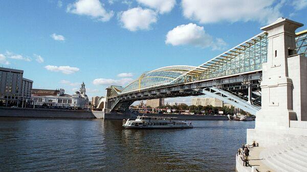 Киевский пешеходный мост(мост Богдана Хмельницкого), открытый 2 сентября 2001 года, соединил площадь Киевского вокзала и улицу Плющиху