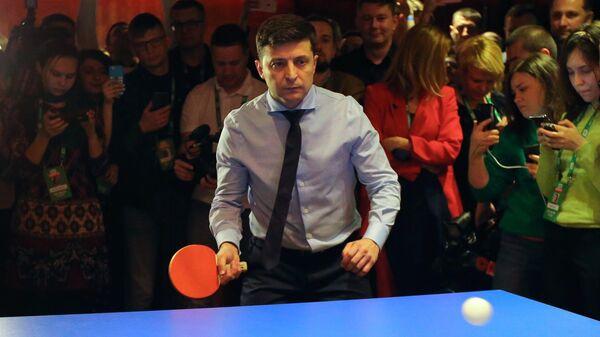 Кандидат в президенты Украины, актер Владимир Зеленский играет в настольный теннис в своем избирательном штабе в Киеве. 31 марта 2019