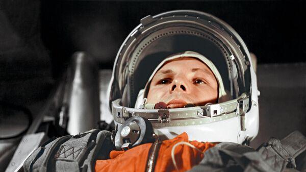 """Юрий Гагарин в кабине космического корабля """"Восток"""" перед полётом в космос 12 апреля 1961 года"""