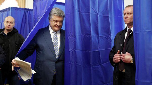 Действующий президент Украины Петр Порошенко на избирательном участке в Киеве во время голосования на президентских выборах