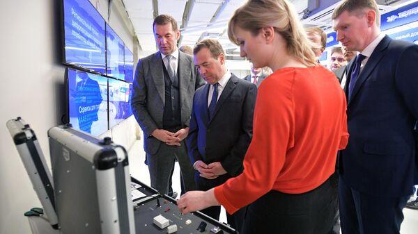 Председатель правительства РФ Дмитрий Медведев во время посещения стенда компании Эр Телеком Холдинг на территории технопарка Morion Digital в Перми. 2 апреля 2019