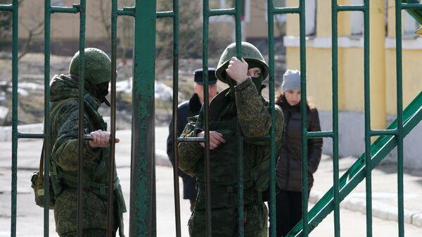 Военнослужащие у здания Военно-космической академии имени А. Ф. Можайского в Санкт-Петербурге, где произошел взрыв