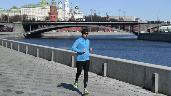 Мужчина совершает пробежку по набережной в Москве