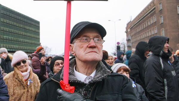Участник митинга в поддержку мэра Риги Нила Ушакова на Ратушной площади