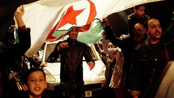 Празднование отставки президента Алжира Абдельазиза Бутефлика