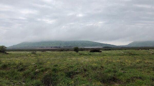 Вид на оккупированную Израилем часть Голанских высот с сирийской территории