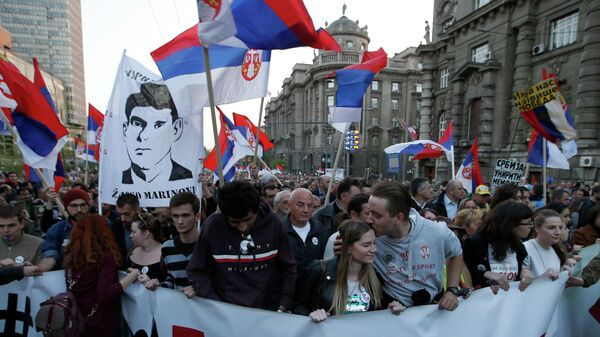 Участники массового протеста против президента Сербии Александра Вучича Белград