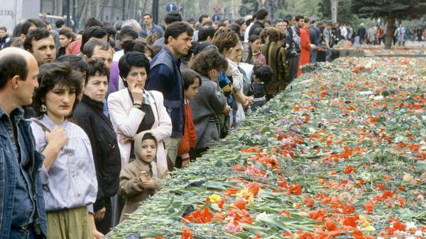 Возложение цветов перед Домом правительства Грузинской ССР в память о погибших в ночь с 8 на 9 апреля 1989 года во время антисоветского митинга в Тбилиси, руководимого 3виадом Гамсахурдиа, Мерабом Костава, Ираклием Церетели, Георгием Чантури