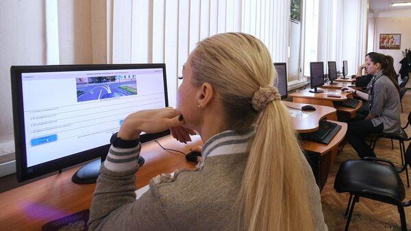 Теоретический экзамен по правилам дорожного движения в отделении ГИБДД в Москве