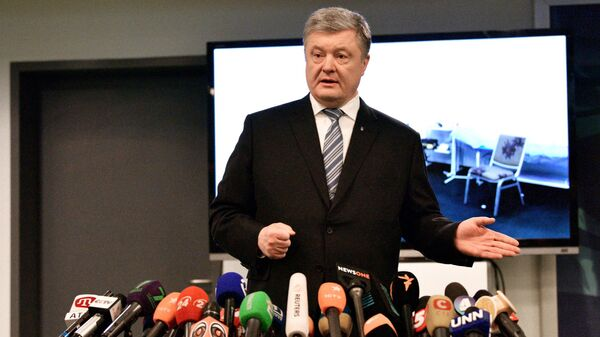 Кандидат в президенты Украины Петр Порошенко общается с журналистами после сдачи анализа на алкоголь и наркотики в медпункте стадиона Олимпийский