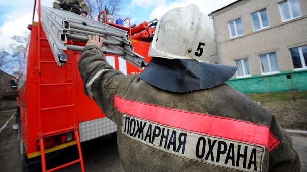 Работники пожарной охраны пожарно - спасательного центра во время работы