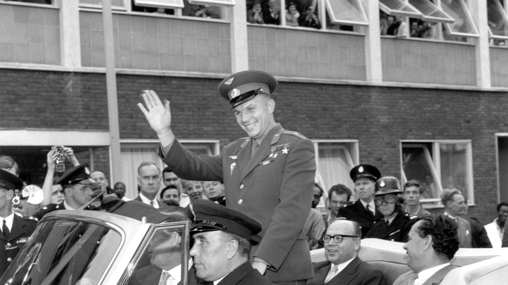 Юрий Гагарин советский космонавт и первый человек в космосе, едет по Лондону в открытом автомобиле - РИА Новости, 1920, 12.04.2019