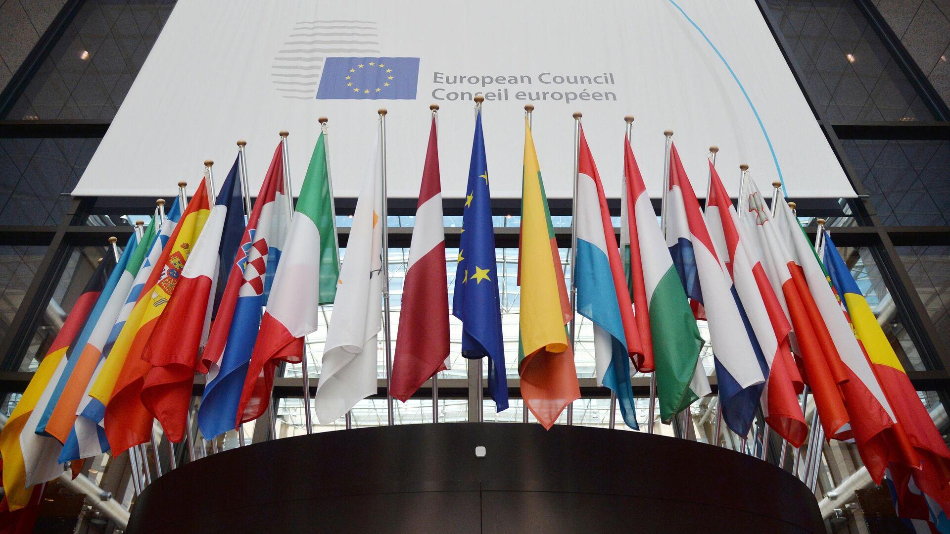 Флаги государств членов ЕС в здании Европейского Совета в Брюсселе - РИА Новости, 1920, 30.07.2021