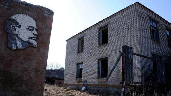 Заброшенный дом в деревне Оревичи на территории Полесского радиационно-экологического заповедника в Белоруссии